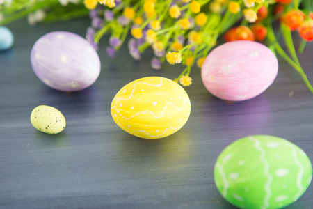 Photo pour Easter eggs decoration with and flowers on a gray wooden table. - image libre de droit