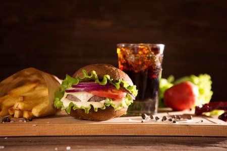 Photo pour Fresh big burger and glass cola on wooden table fast food concept - image libre de droit