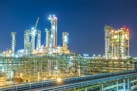 Foto de Beautiful refinery plant on evening twilight time - Imagen libre de derechos