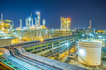Photo pour Beautiful refinery plant on evening twilight time - image libre de droit
