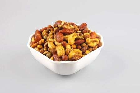 Photo pour Indian traditional snack mixture with cashew nut and almond - image libre de droit