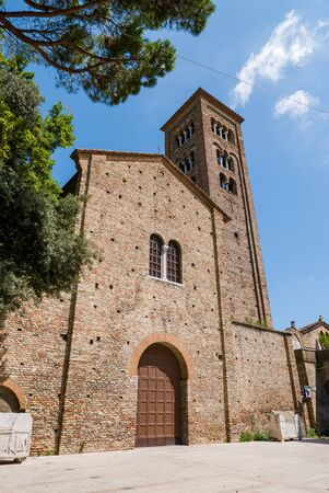 Photo pour The Basilica of San Francesco is a major church in Ravenna. It was first built in 450 by Neo, bishop of Ravenna, and dedicated to saint Peter and Saint Paul. It was later also known as the Church of the Apostles (Chiesa degli Apostoli). - image libre de droit