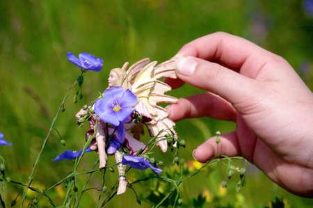 Enfant jouant dans un jardin en fleurs