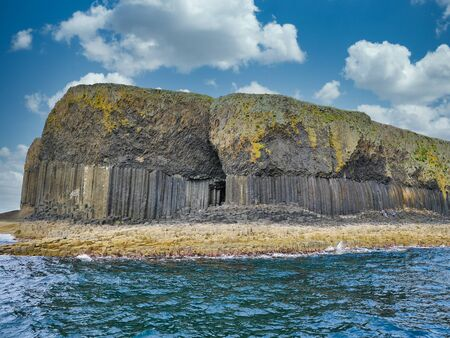 Photo pour Columnar jointed volcanic basalt rocks in which the vertical joints form polygonal columns, on the island of Staffa in the Inner Hebrides, Scotland, UK - image libre de droit