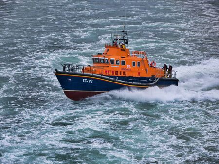 Photo pour Aberdeen RNLI Lifeboat at sea, travelling at speed - this is a Severn class, self-righting, all-weather lifeboat with a crew of 7. The boat has a top speed of 25 knots and a range of 250 nautical miles. - image libre de droit