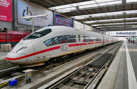 Photo pour A Deutche Bahn (DB) Intercity Express (ICE) train waits at a platform at Munich Railway Station. - image libre de droit