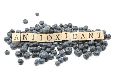 Foto für Blueberries on a white background with Antioxidant spelled out in wooden blocks. - Lizenzfreies Bild