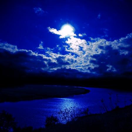 Foto de moonlight over river - Imagen libre de derechos
