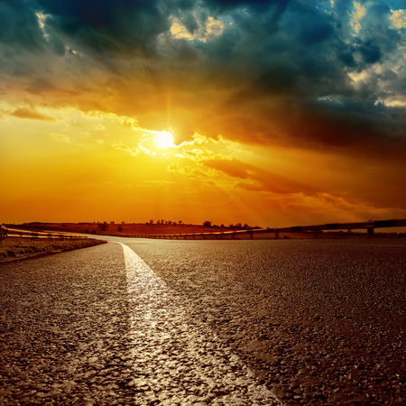 Photo pour dramatic sunset and white line on asphalt road to horizon - image libre de droit