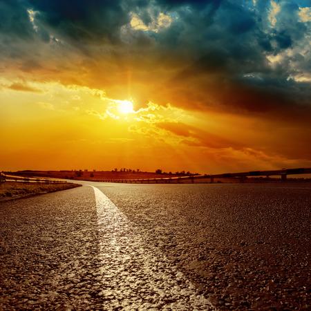 Photo pour dramatic sunset and white line on asphalt road to horizon - image libre de droit