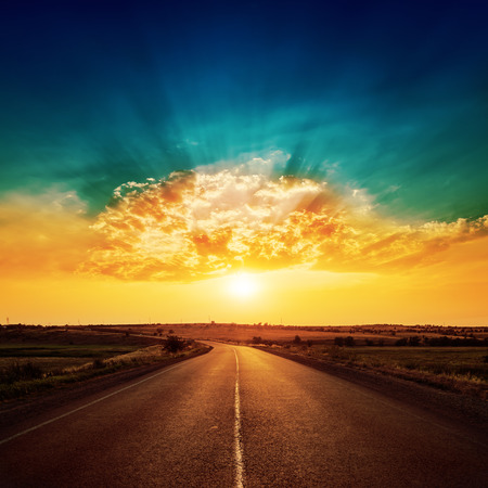Foto de orange sunset and asphalt road to horizon - Imagen libre de derechos