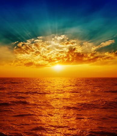 Foto de red sunset over sea in clouds - Imagen libre de derechos