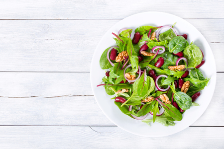 Photo pour Red beans salad with mix of lettuce leaves and walnuts - image libre de droit