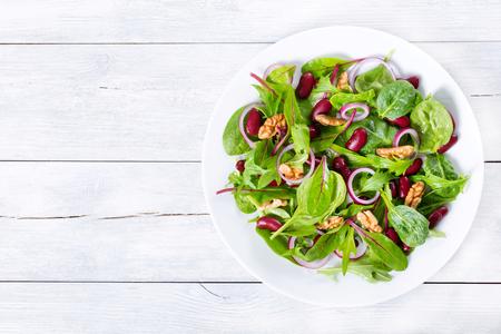 Foto de Red beans salad with mix of lettuce leaves and walnuts - Imagen libre de derechos