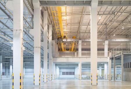 Photo pour Factory overhead crane installation on rail. - image libre de droit