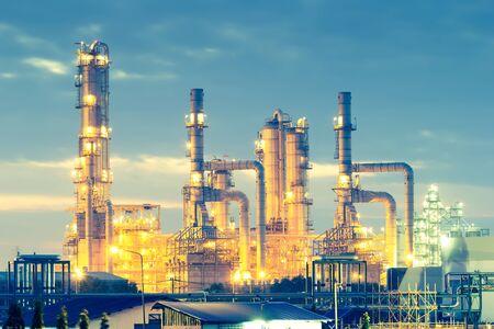 Photo pour Oil refinery at twilight with sky background. - image libre de droit