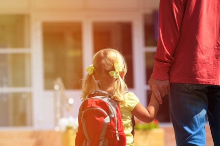 Photo pour father walking little daughter to school or daycare, back to school - image libre de droit