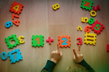 Photo pour little boy learn numbers, counting with hands, learning math - image libre de droit