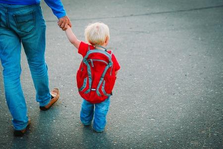 Photo pour father walking little daughter to daycare, back to school - image libre de droit