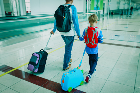 Photo pour family travel- father and son in airport - image libre de droit
