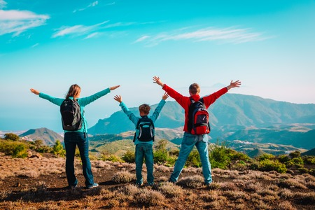 Photo pour happy family-mom, dad and son-travel in nature - image libre de droit