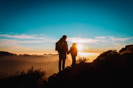 Photo pour father and daughter travel in mountains at sunset - image libre de droit
