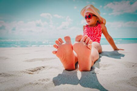Foto de feet of little girl relax at summer beach - Imagen libre de derechos