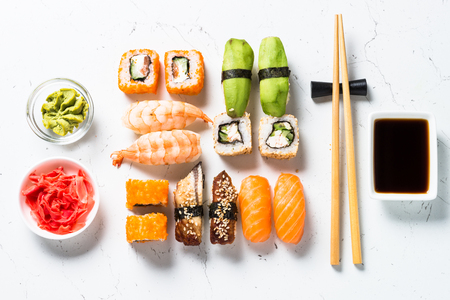 Photo pour Sushi and sushi roll set on white background. - image libre de droit