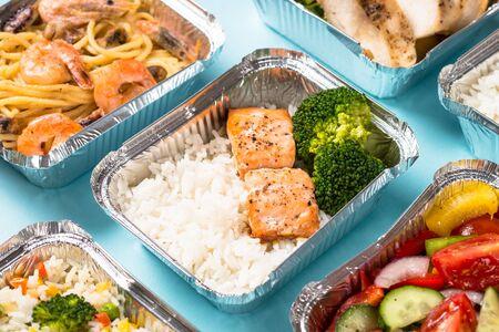Foto de Food delivery concept - healthy lunch in boxes. - Imagen libre de derechos