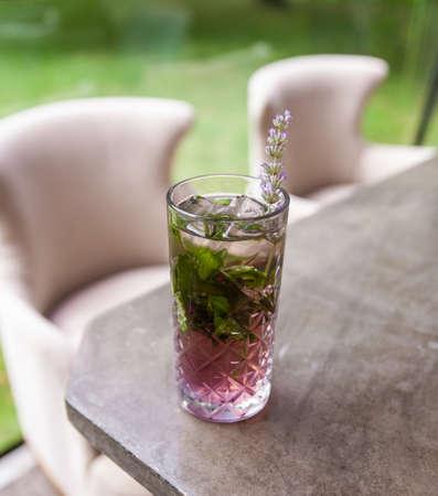 Photo pour Lavender ice tea on summer veranda. - image libre de droit