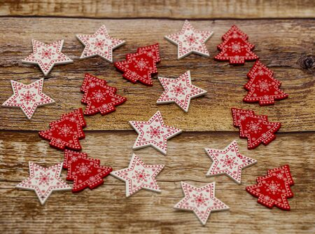 Photo pour Christmas wooden background decorated with Christmas tree toys - image libre de droit