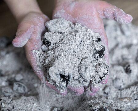 Photo pour burnt ashes in a child 's hand close up - image libre de droit