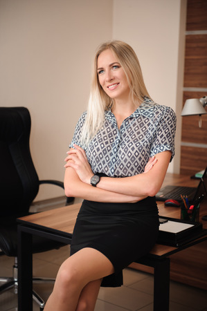 Photo pour Beautiful happy business woman working with sales in her office - image libre de droit