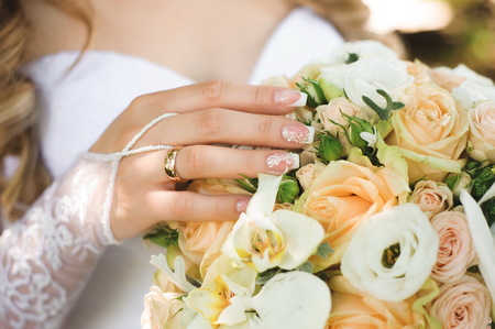 Photo pour Wedding details - wedding bouquet of a bride - image libre de droit