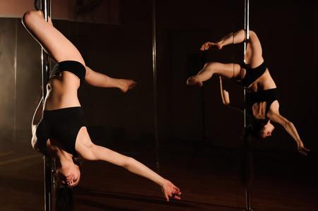 Photo pour Pretty woman dancing in a pole dance studio. - image libre de droit
