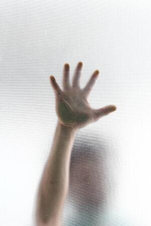 Photo pour The hand touches the mirror - image libre de droit
