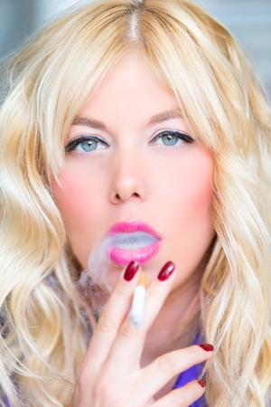 Photo pour Smoking blonde woman - image libre de droit