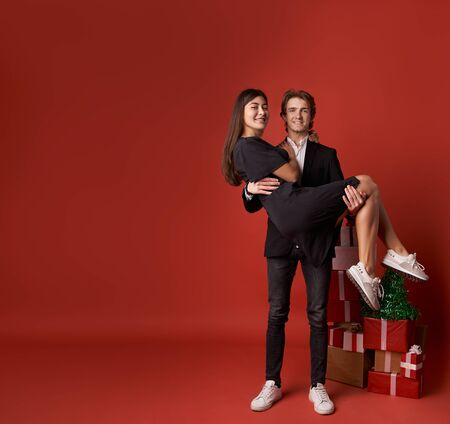 Photo pour couple in love with Christmas gifts - image libre de droit