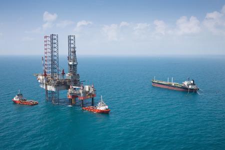 Photo pour Offshore oil rig drilling platform - image libre de droit
