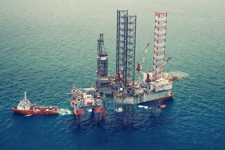 Photo pour Offshore oil rig drilling platformcolor tone0 - image libre de droit