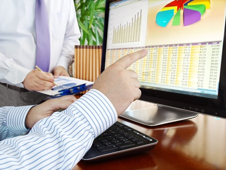 Photo pour Analyzing  financial data and charts on computer screen.  - image libre de droit