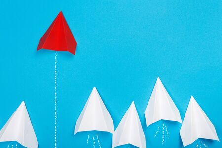 Foto de Red paper plane are different from others on blue background. Think different. Business for innovative, solution concepts - Imagen libre de derechos