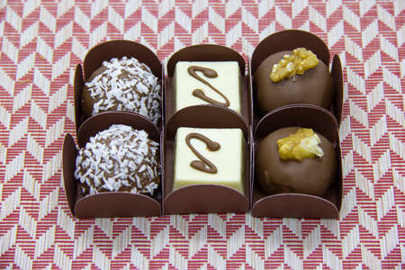 Photo pour Variety of bonbons, chocolate and coconut, white chocalate and chocolate with chestnut. - image libre de droit