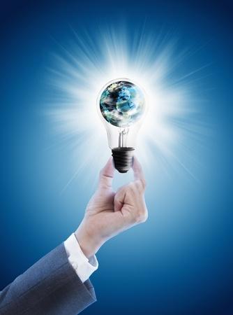 Photo pour Hand holding single light bulb with globe  - image libre de droit