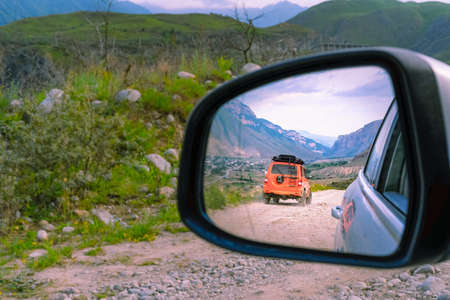 Photo pour SUV rides on the ground in the mountains - image libre de droit