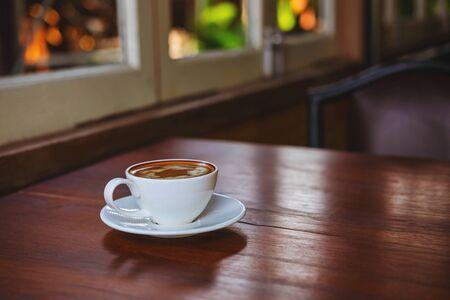 Photo pour Coffee cups on a wooden table in a coffee shop - image libre de droit