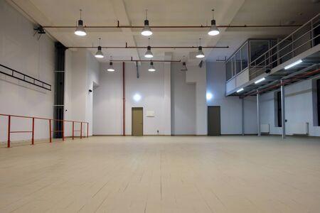 Photo pour Interior of a  large illuminated empty room with mezzanine - image libre de droit