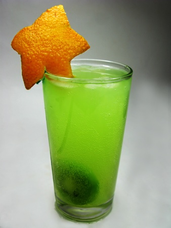 alcoholic kiwi juice drink with ice and mint