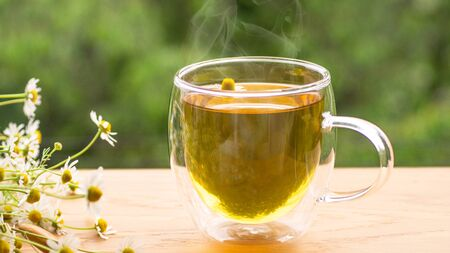 Photo pour Chamomile flowers and chamomile tea. Herbal chamomile tea. Close-up. Seasonal treatment, alternative medicine remedy. - image libre de droit