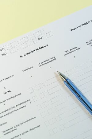 Photo pour Russian annual accounting statements. The form and a pen. Russian text  balance Sheet - image libre de droit